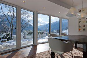 Innenraum mit großer Fensterfront