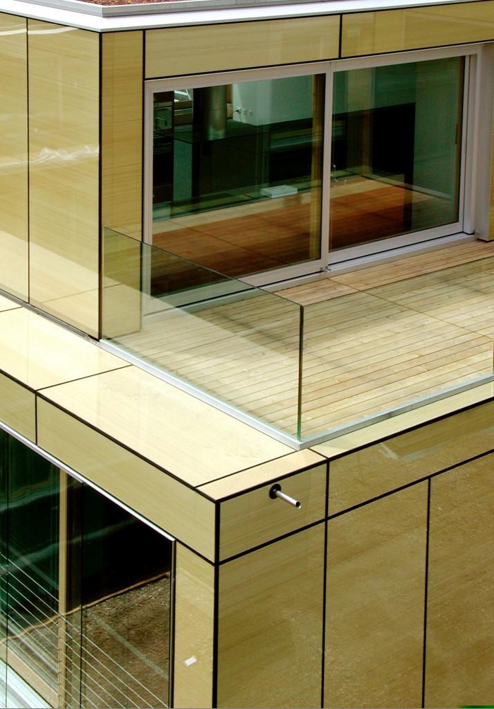 Haus mit Balkon und Glas Geländer