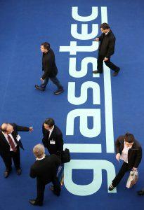 Bodenaufschrift Glasstec mit Geschäftsleuten