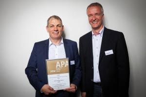 Frank Busch, Vertriebsleiter für Deutschland und Oliver Marschke, Vertrieb NRW nehmen stellvertretend die Auszeichnung in Empfang.