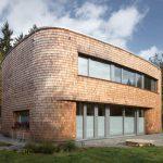 Ein ovales Holzhaus der Mimosa Architects