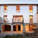 Altes Haus mit neuer Haut – Bunyesc Arquitectes – Nordostspanien