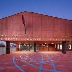 Roter Beton und blaue Linien – Haus der Kunst