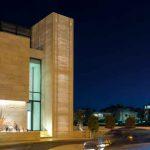 Beton mit Licht- und Schattenspielen – Capital Bank