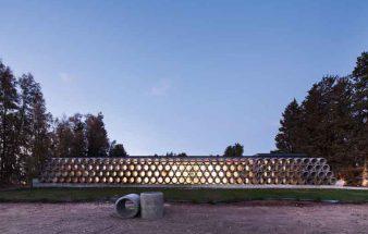 Glas, Metall und Betonrohre – AB House