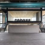 Ein abgehängter Raum aus Holz – Werkhalle