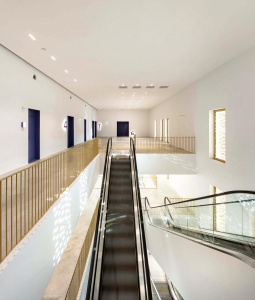 CCA_15_interior-view-of-the-1st-floor-lobby-photo-Luc-Boegly