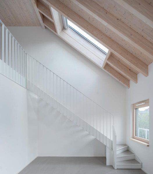 Sichtestrichboeden-Holzdecke-Fichtenholz-Eisberg-rundzwei-Architekten-Berlin-Foto-Gui-Rebelo-WHS66_096