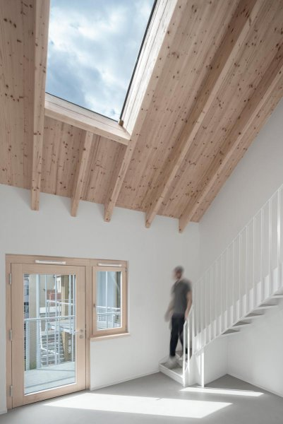 Untersicht-Dachflaechen-Maisonette-Wohnhaus-Eisberg-rundzwei-Architekten