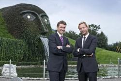 Markus Langes-Swarovski (Mitglied des Swarovski Executive Board, re.) und Stefan Isser (Geschäftsführer d. swarovski tourism services gmbh) vor der Ikone der Swarovski Kristallwelten, dem Riesen.
