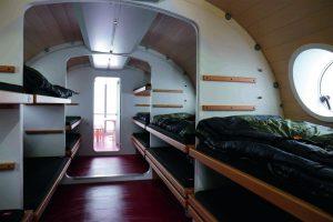 Mehrbettzimmer mit Schlafkojen.