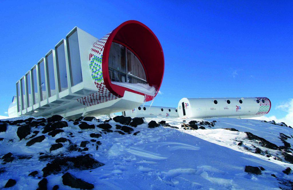 Futuristische Berghütte bei Tag.