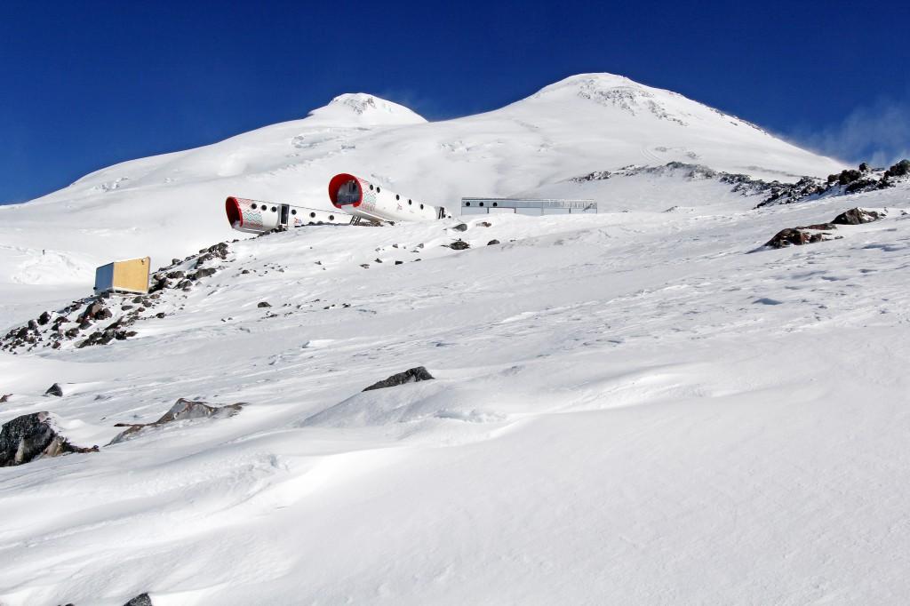 Gletscher mit futuristischer Berghütte.