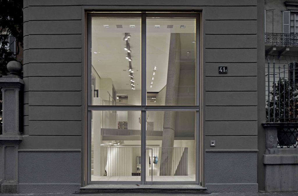 Fenster von aussen der Boutique des Meisters  Tadao Anno