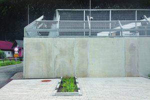 Mauer mit Parkplatz davor
