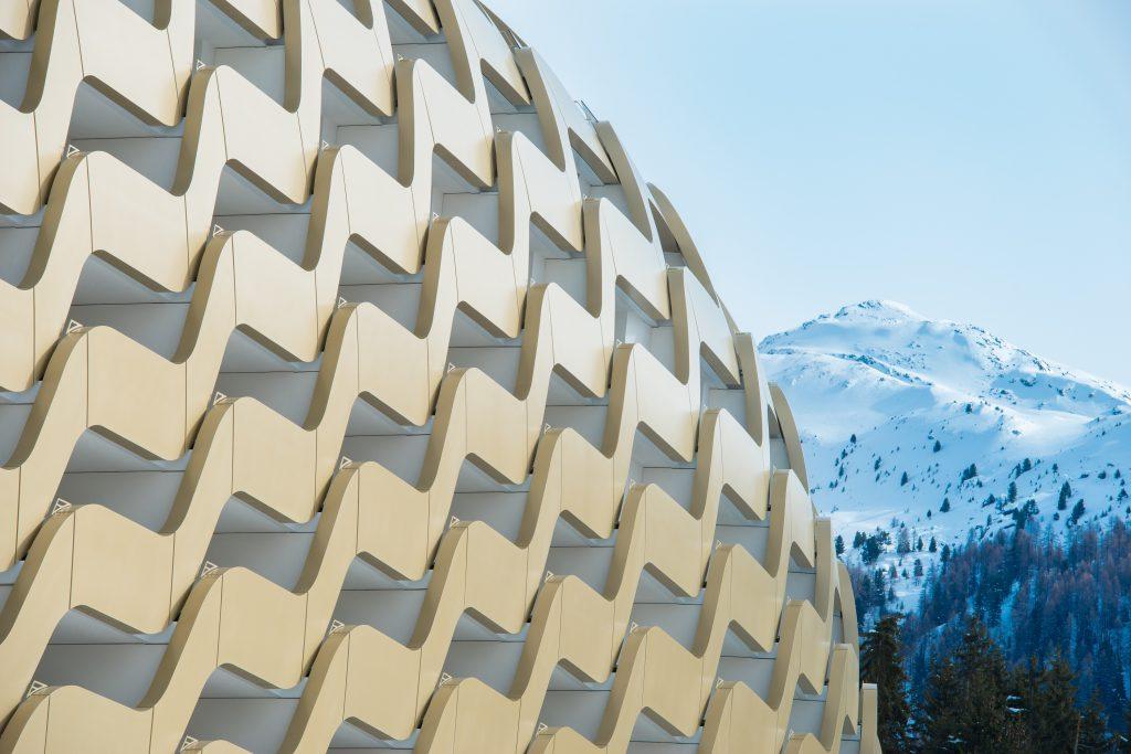 Gebäude mit parametrische Fassade vor Bergen.