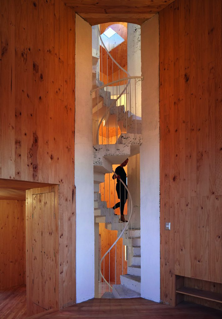 Treppe in Holz verkleideter Wand
