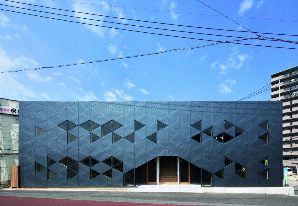 Bürogebäude von außen mit einer Front aus Dreiecken.