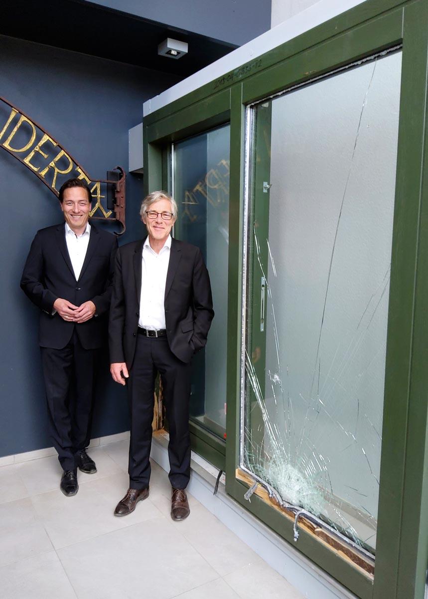 RvE Geschäftsführer Uwe Kapp (re.) und Vertriebsleiter Balthasar Dieckmann vor der PfB-geprüften Holz-Hebeschiebetür in Widerstandsklasse RC4