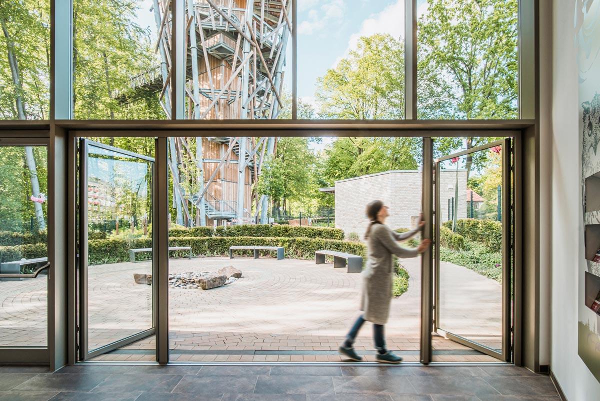 Ausstellungspavillon am Eingang des Baumwipfelpfads im Geoparks TERRA.vita in Bad Iburg mit Glas-Faltwand