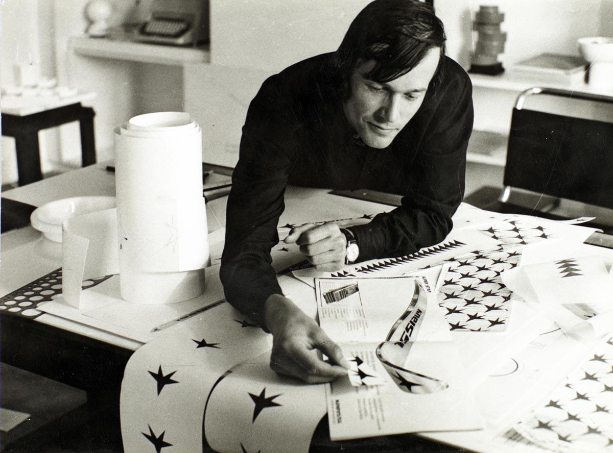 Egon Rainer bei der Arbeit am Design des Kneissl Ski, um 1970