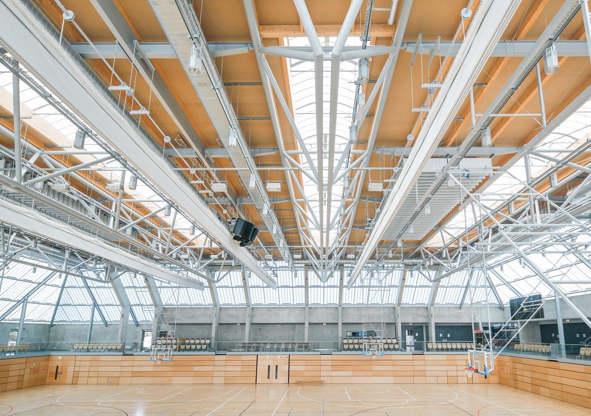 Im Sportzentrum Bertrange tragen leichte GRILLODUR®-Tageslichtelemente mit Rauch- und Wärmeabzug zu einer lichtdurchfluteten und sicheren Sporthalle bei.
