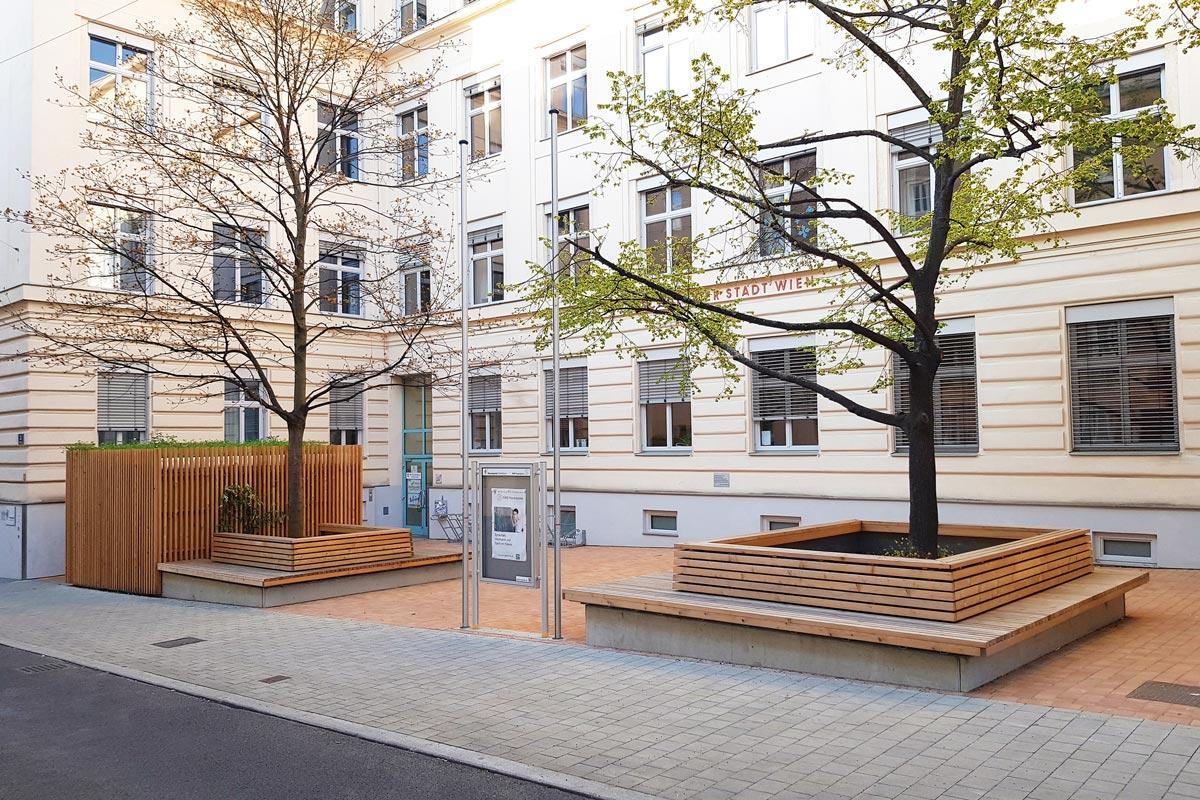 Durch offene Übergänge kann der öffentliche Raum erweitert werden, hier am Beispiel eines Schulvorplatzes in der Wiener Kauergasse.