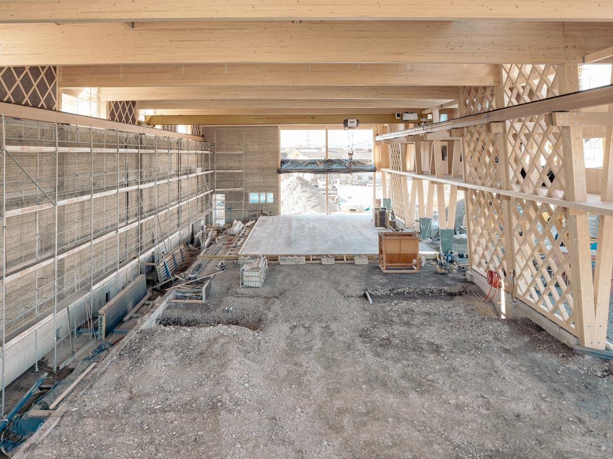 Die Werkhalle Erden wurde als Hybridkonstruktion von Holz und Lehm realisiert.