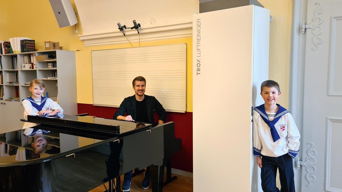 Zwei St. Florianer Sängerknaben und Chorleiter Markus Stumpner bei der Probe