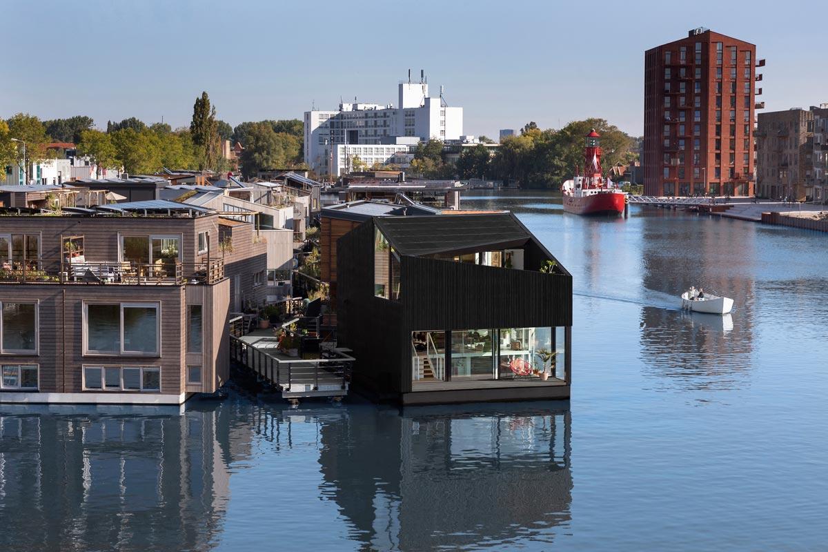 Für das Floating Home wagte sich das Architekturbüro i29 aufs Wasser