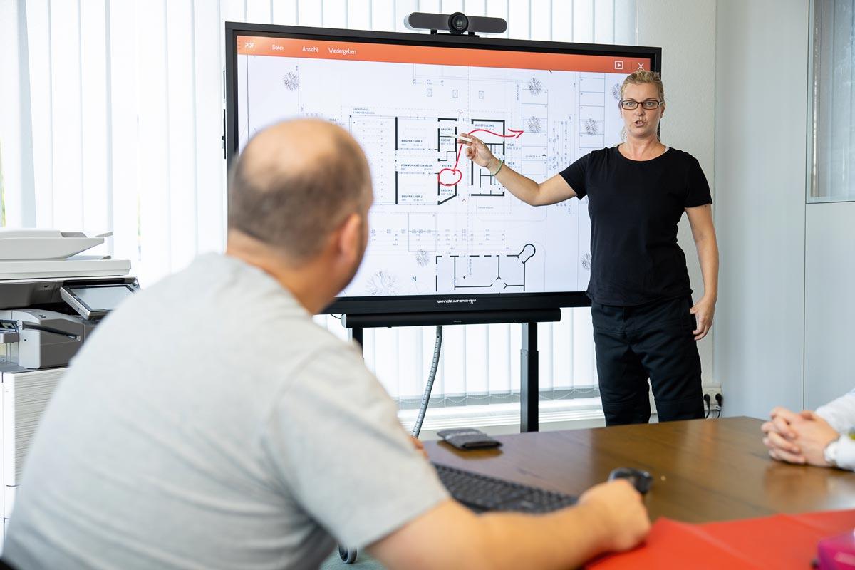 Smarte Displays unterstützen die multimediale Wissensvermittlung ebenso wie Webmeeting-Tools mit Funktionen zum Austausch von Dokumenten Notizen oder Skizzen.