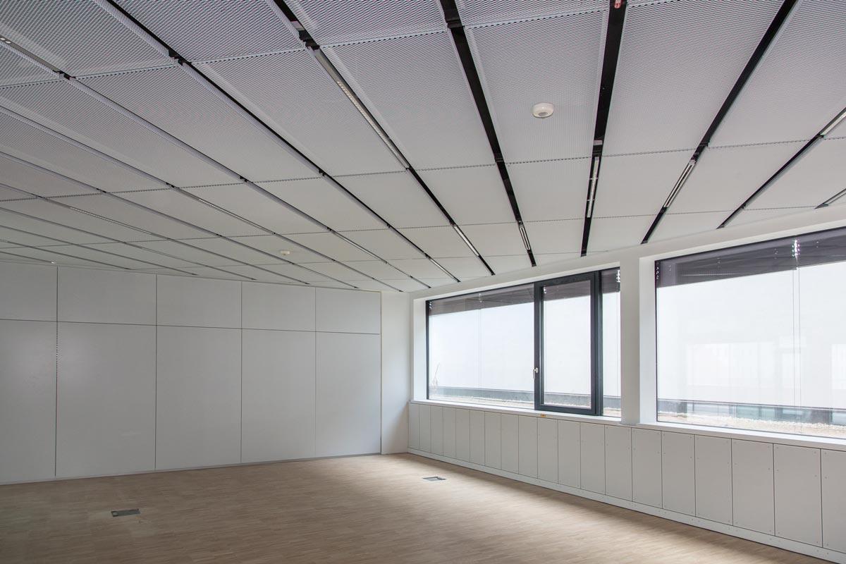 In den zuletzt fertig gestellten Gebäuden des IST Austria sorgt eine Streckmetalldecke von Fural für perfekte Raumakustik und Optik.